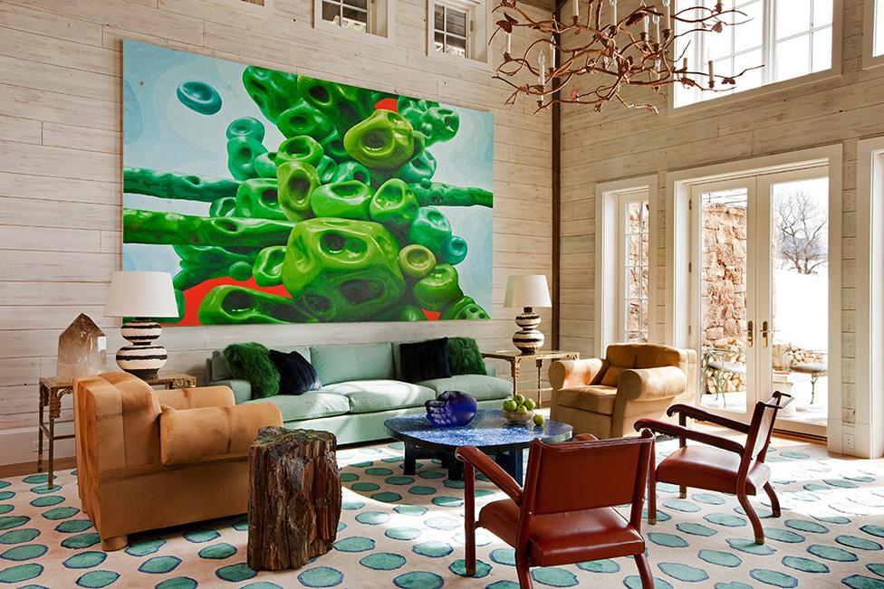 Главный акцент в гостиной — живописное полотно, автор А. Росс. С ним перекликается выполненный на заказ ковер, диз. Г. и Д. Мейер. Лазурный столик: О. Шаль. Кресла в шкуре пони: Ж.-Э. Рульман.