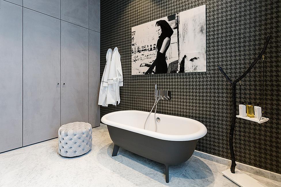 Ванна с рисунком на стене